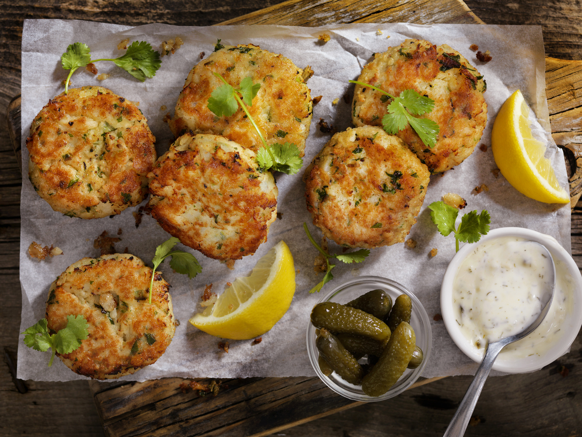 crispy crab cakes with tartar sauce and pickles